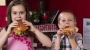 راهکارهایی برای کنترل کودکانی که زیاد غذا می خورند.